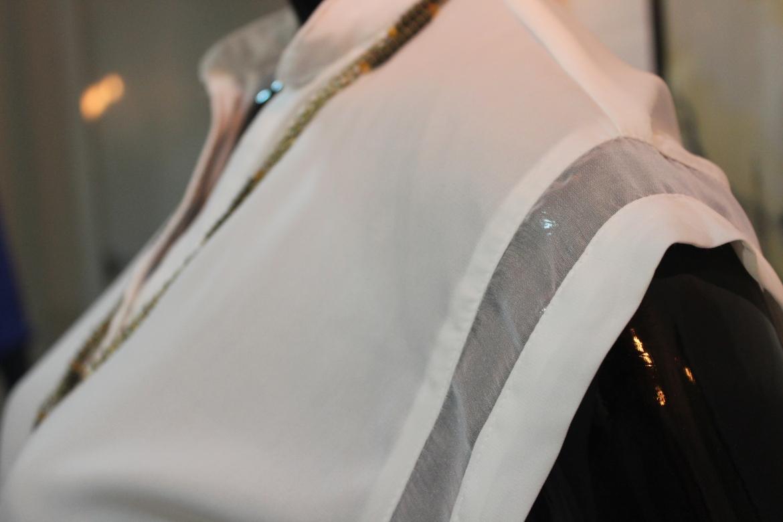 Detalhes de uma peça em tecidos leves e refrescantes para um clima quente e úmido