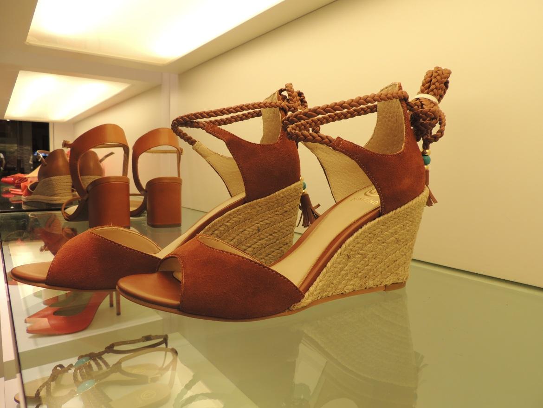 O estilo chic boho em uma sandália clássica e reformulada com as amarrações e o salto de corda