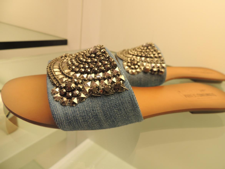 Uma mix de pura tendência, o jeans e aplicacoes em cor prata