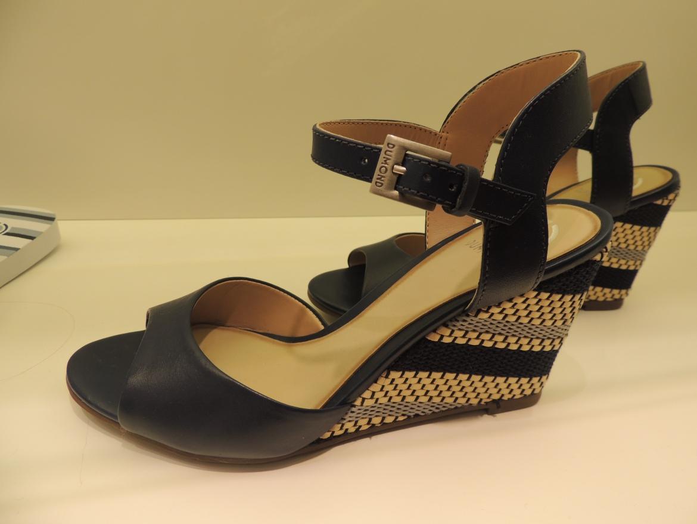 Um modelo de sandália inovado pela presença das listras geométricas no salto clássico