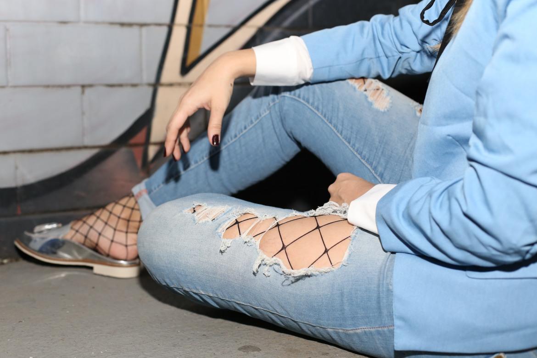 Blogueira Gigi Barreto ensina a compor um look com meia arrastão